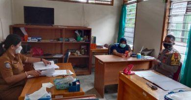 Bhabinkamtibmas Polsek Makale melaksankan sambang di kantor Lurah pantan
