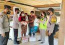 Kasat Binmas Menyerahkan Bantuan Sembako Dan Obat Obatan Dari Kapolres Tana Toraja